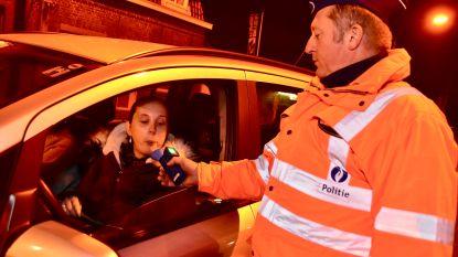 Stomdronken automobilist zuigt (!) aan blaastoestel van de politie