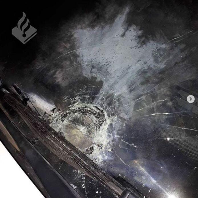 Voorruit van politiewagen vernield met vuurwerk in Deurne.