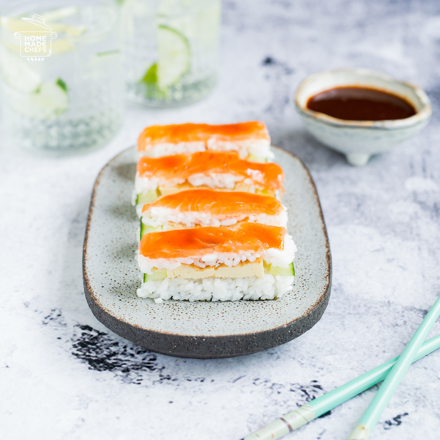 Oshi sushi met zalm.
