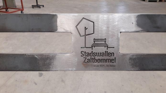 Een detail van de replica van het bankje is het logo van Stadswallen Zaltbommel.
