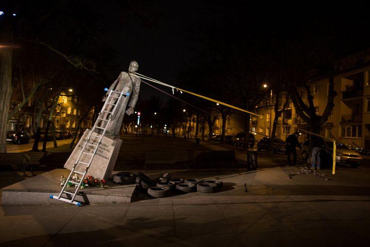 Het monument van Henryk Jankowski wordt omver getrokken door activitsen in Gdansk.  Beeld null