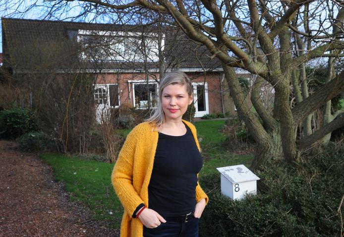 Schrijfster Franca Treur is weer even thuis op de boerderij in Meliskerke waar ze opgroeide.