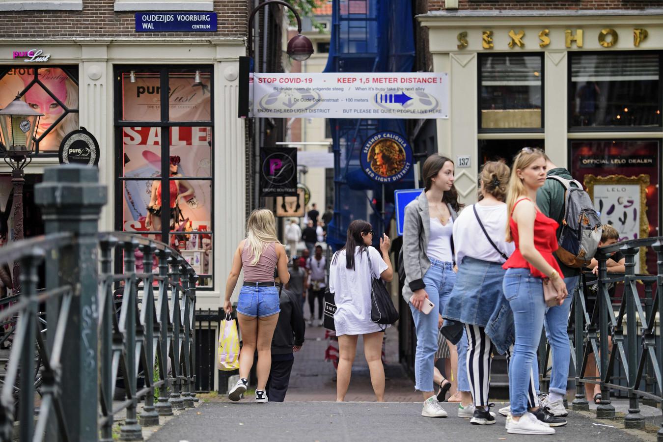 Op de Amsterdamse Wallen is eenrichtingsverkeer ingesteld voor voetgangers.
