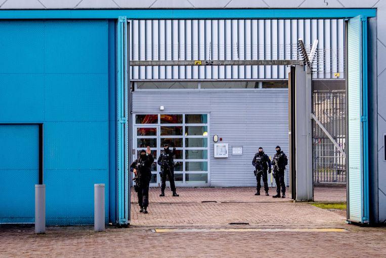 Zwaar bewapende agenten voor de ingang van de Extra Beveiligde Inrichting (EBI) Vught. Beeld ANP