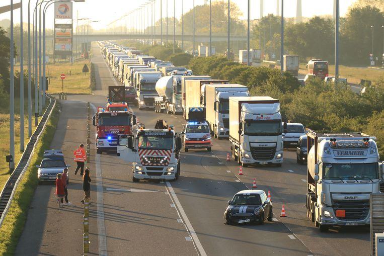Ter hoogte van Kalken kwamen dinsdagochtend een vrachtwagen en een auto met elkaar in aanrijding.