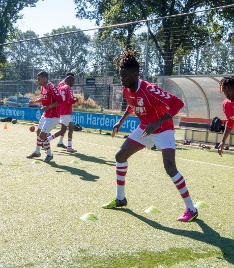 Fanatiek voetbalteam azc Hardenberg traint zich suf en zoekt een tegenstander: 'Wie durft?'