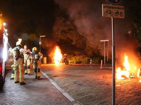 Motor en scooter in brand gestoken in Delft