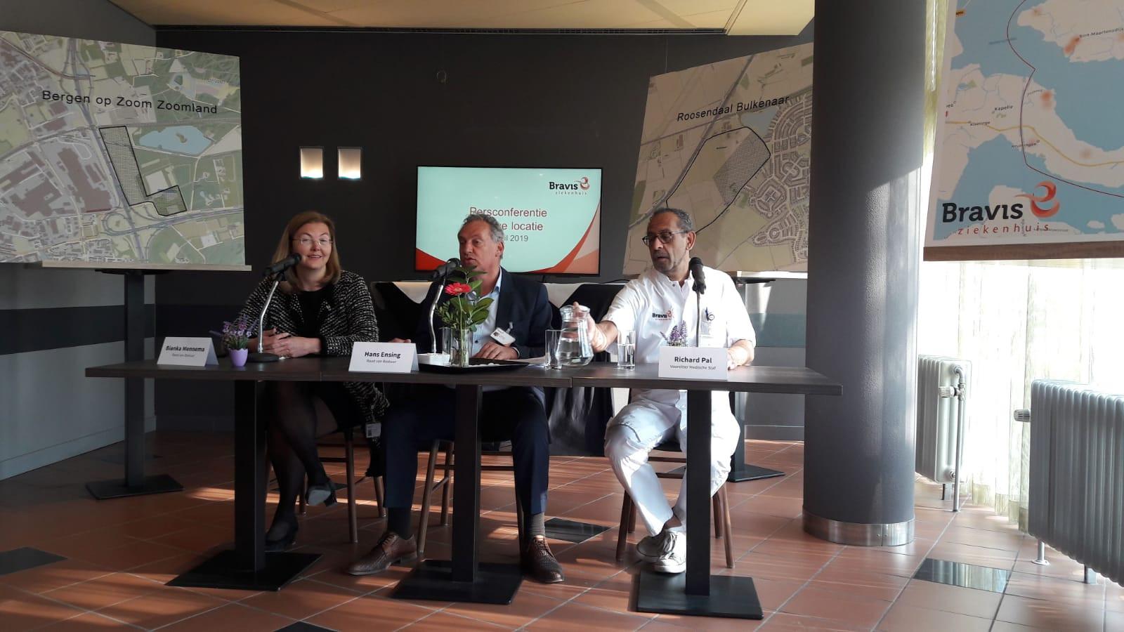 Bestuurders Bianka Mennema en Hans Ensing en voorzitter Richard Pal tijdens het bekendmaken van de locatie van het nieuwe Bravis ziekenhuis.