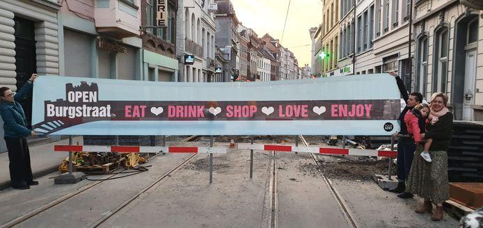 De Burgstraat is open, zo vertelt deze banner.