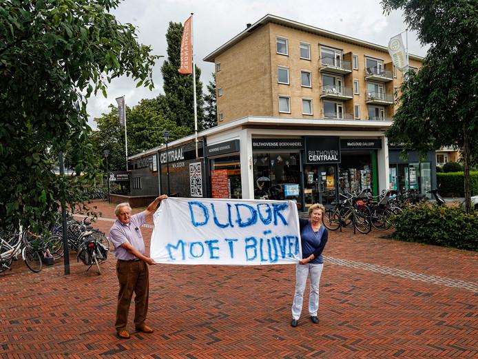 Fred en Lucie van Dijk demonstreerden afgelopen zomer voor de Dudokflat. Het zwarte dudokdeel zou gesloopt worden en plaatsmaken voor nieuwbouw.