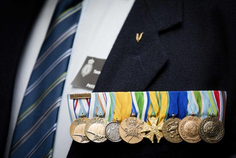 Militairen leveren in de Tweede Kamer hun medaille in. Beeld anp