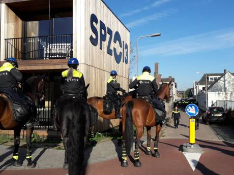 Demonstratie anti-Zwarte Piet in Tilburg gestaakt,  tientallen pro-Zwarte Pieten aangehouden