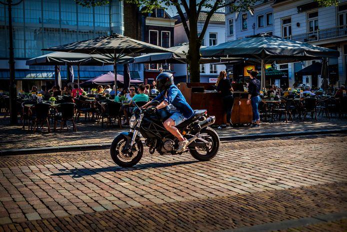 Niet onregelmatig zorgen motorrijders en automobilisten voor geluidsoverlast op plekken in de Dordtse binnenstad. Foto ter illustratie.