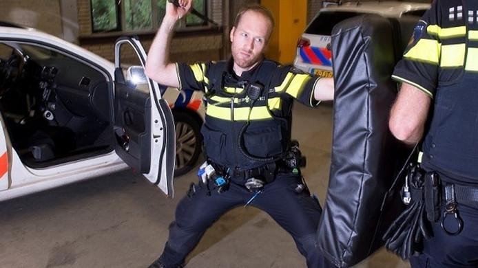Alle wapendragende politiemedewerkers krijgen een nieuwe uitschuifbare wapenstok.