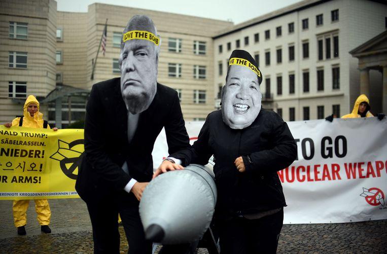 Activisten van de niet-gouvernementele organisatie International Campaign to Abolish Nuclear Weapons (ICAN) protesteren tegen de oorlogstaal van de Amerikaanse president Trump en de Noord-Koreaanse leider Kim Jon-un in Berlijn. Beeld AFP