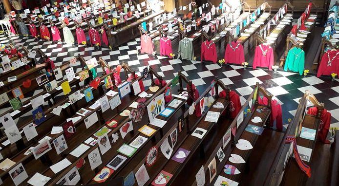 Les chemises et foulards Patro ornaient les bancs de l'église Saint-Étienne.