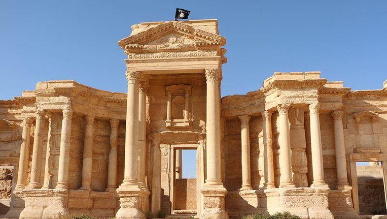Een vlag van Islamitische Stat wappert op de ruïnes van Palmyra. Beeld afp