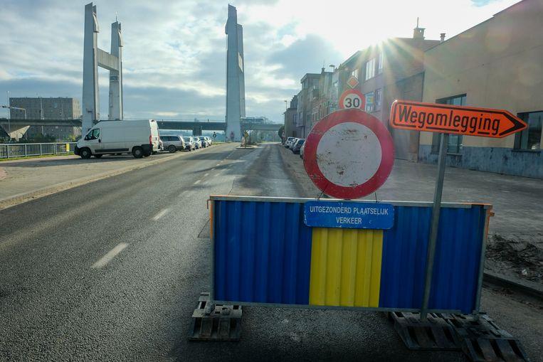 De Brusselsesteenweg in Vilvoorde is sinds maandag helemaal afgesloten voor het verkeer en dat een jaar lang.