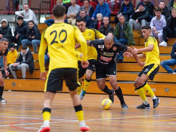 Lebo (geel), hier in actie tegen Futsal Apeldoorn, komt mogelijk nog in aanmerking voor de landstitel.