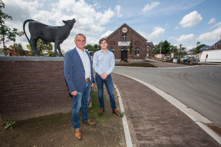 Schepen van openbare werken Guido Cleuren en Baudouin Wolwertz bij de heringerichte dorpskern van Grote-Spouwen.