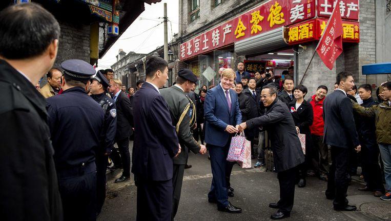 Koning Willem-Alexander wandelt door een hutong, een traditionele Chinese woonwijk tijdens de tweede dag van het staatsbezoek aan China. Beeld anp