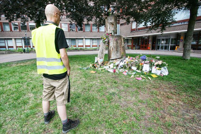 Sinds zondagmiddag leggen mensen bloemen neer voor de ingang van het stadhuis van Amersfoort.