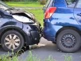 Kop-staartbotsing met drie auto's in Breda, twee gewonden, gezin komt met de schrik vrij