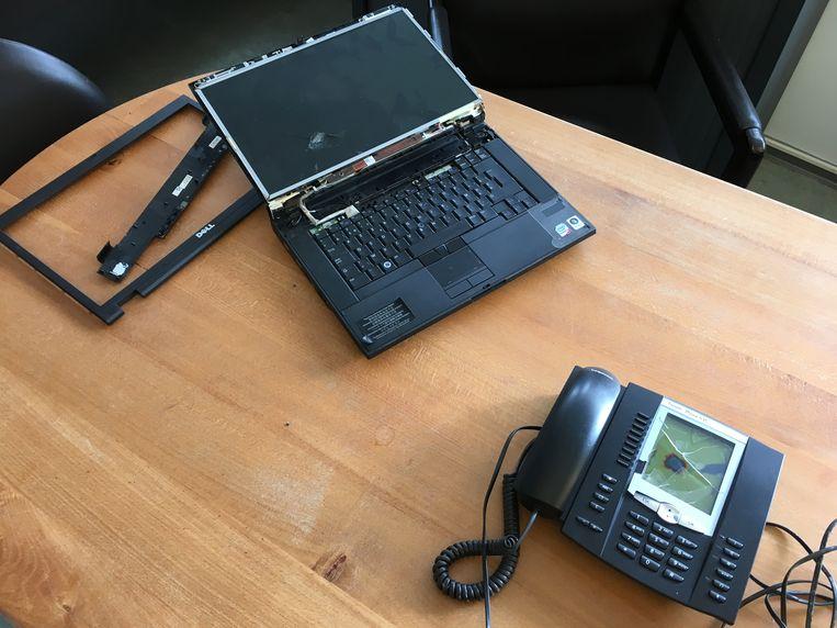 De laptop en telefoon van de directrice liep schade op.