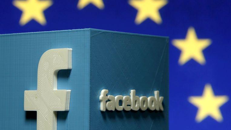 Deze foto toont een 3D print van het Facebook logo met op de achtergrond het logo van de Europese Unie.