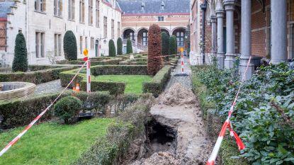 Grondverzakking op binnenkoer van gerechtsgebouw legt oud rioleringssysteem uit negentiende eeuw bloot