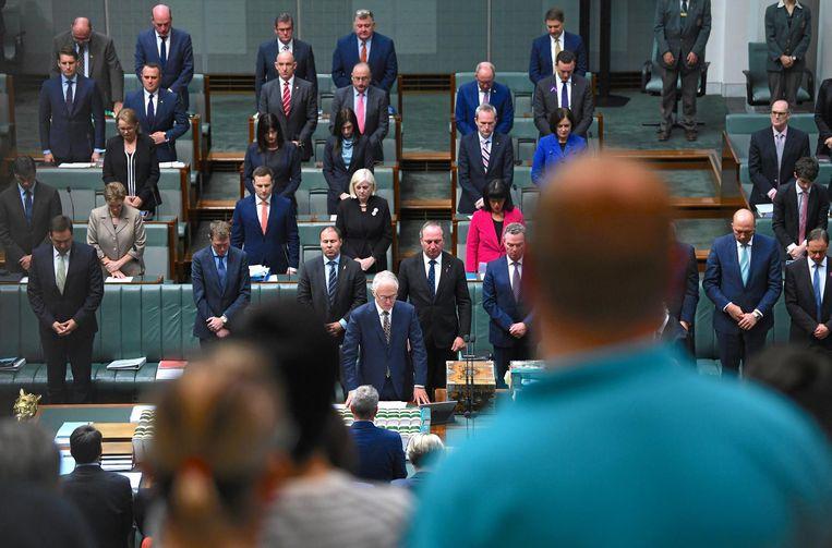 Australische parlementsleden houden een minuut stilte voor de slachtoffers van de aanslag in Manchester. Beeld reuters