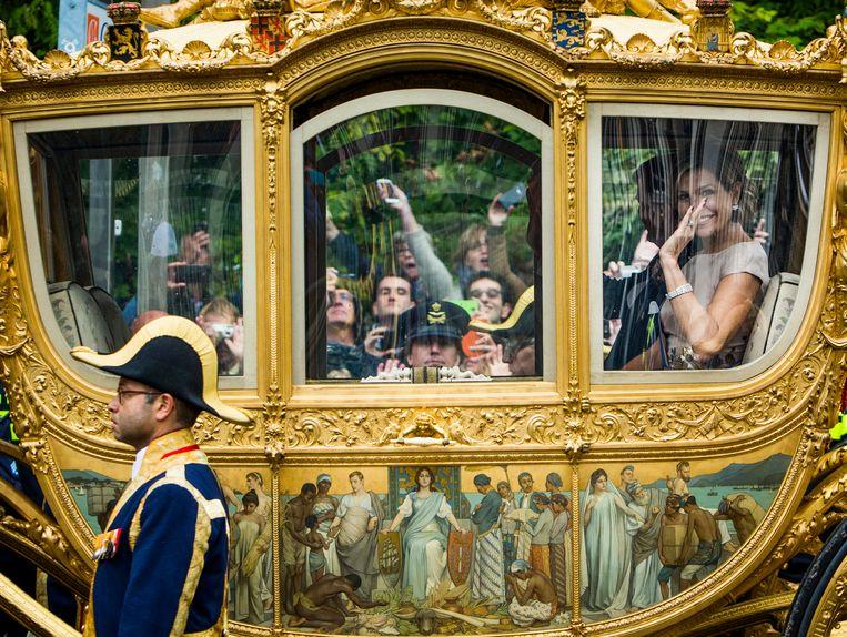 Het paneel 'Hulde der Koloniën', waardoor discussie is ontstaan over de vraag of de koninklijke familie zich wel in de Gouden Koets moet laten rondrijden. Beeld Van Den Bergh Freek