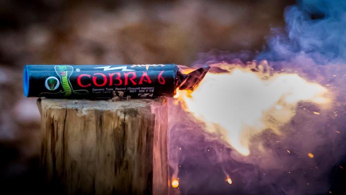 Een Cobra 6, een zware vuurwerkbom die illegaal is.