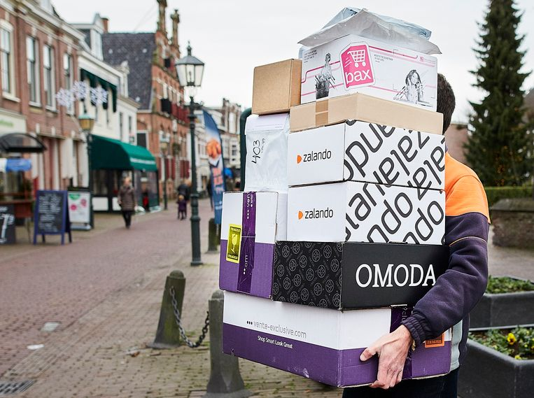 3df39c803afbba Een pakketbezorger brengt pakketjes naar een verzamelpunt in Voorburg