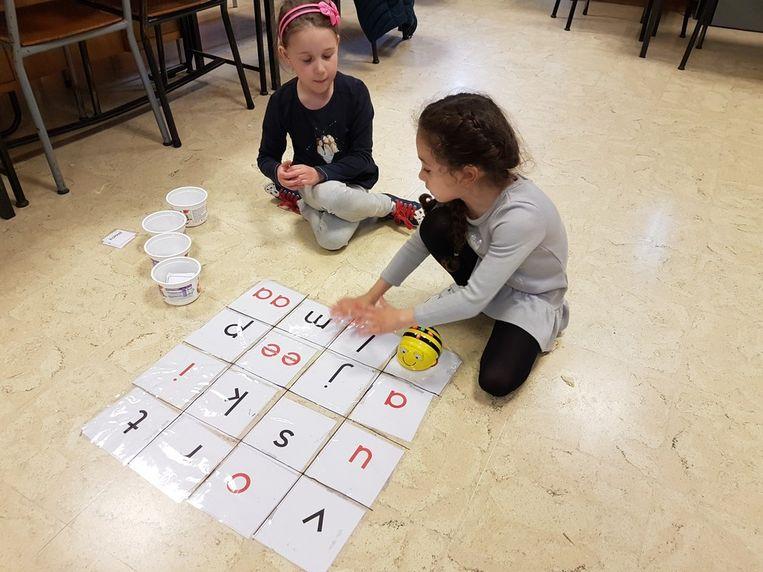 De leerlingen proeven van wetenschap en technologie
