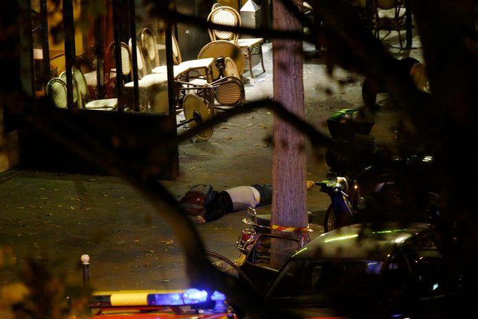 Eén van de dodelijke slachtoffers aan de ingang van concertzaal Bataclan.