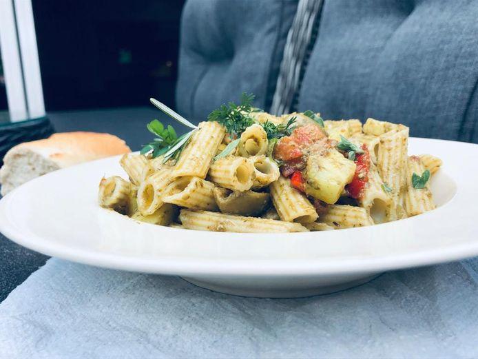 """Muziek inspireert. Het zette de 17-jarige Joep Schmitz aan om voor het eerst een Italiaans gerecht te bereiden. """"Pasta met pesto, lekker."""""""