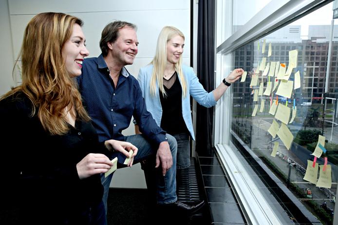 Sabine van der Plas (links), Peter Paul Bekkum en Veronika Kartovenko willen lezen en schrijven promoten met een wedstrijd.