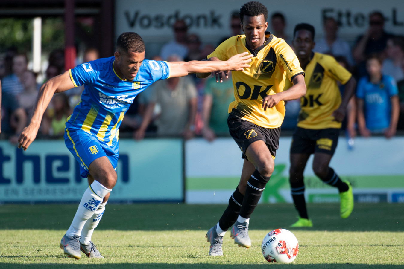 Joshua Bohui (r.) heeft last van Jurien Gaari.