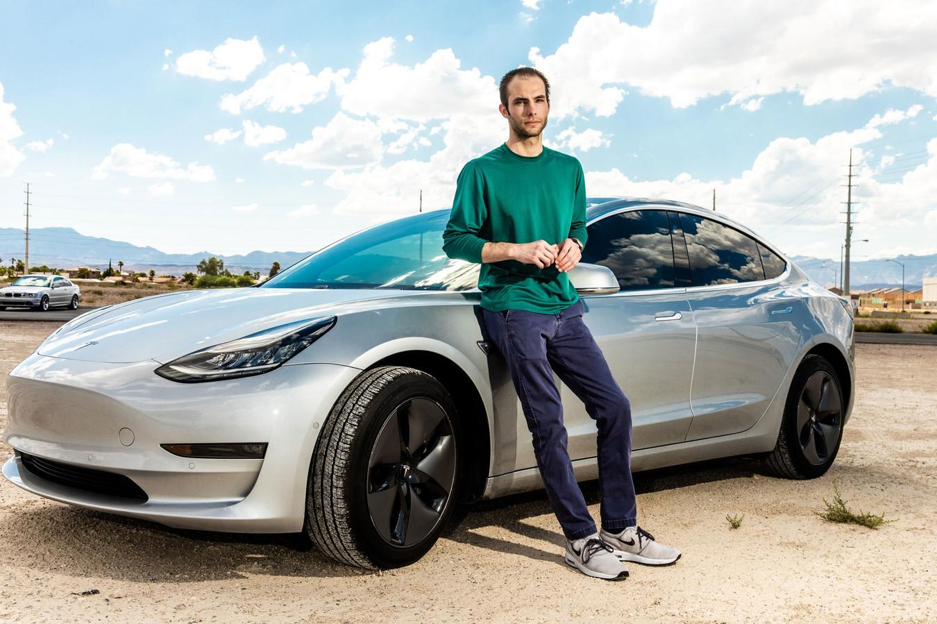Beveiligingsexpert Truman Kain bij zijn Tesla