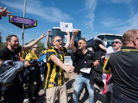 LIVE: Eerste Vitesse-bussen op weg naar de Kuip