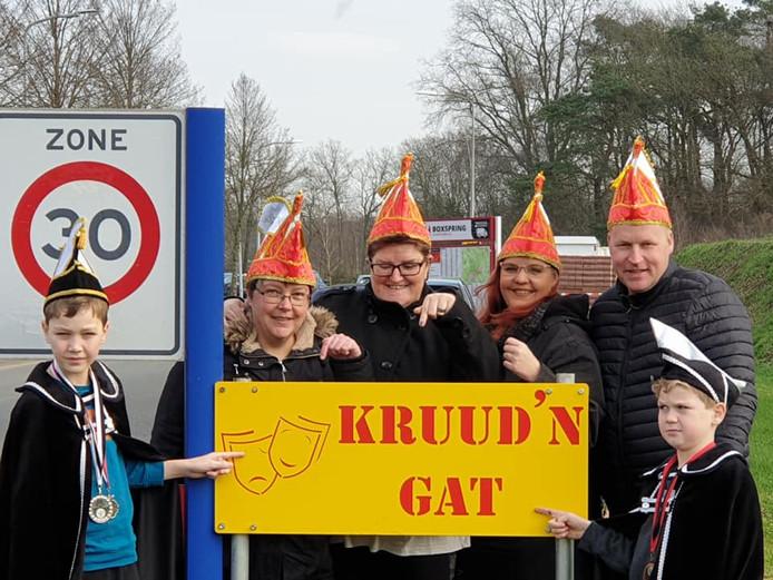 De Kruidenwijk is tijdelijk omgedoopt tot Kruud'n Gat. Op de foto staan behalve prins Quinn en adjudant Dean ook Wendy Riem, Jessica Dorgelo, Cindy Pieters en Marcel Bruggeman.