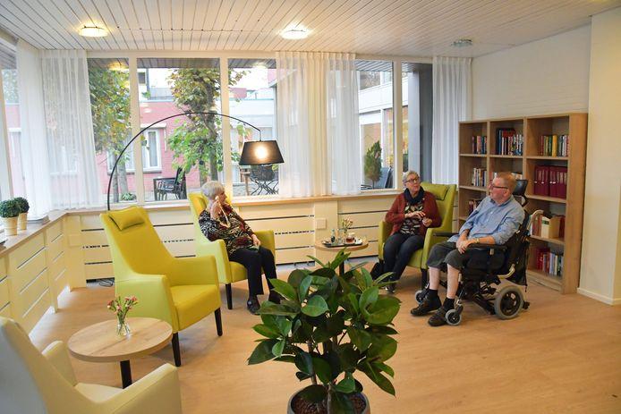 Thea van Geloven (l) en meneer en mevrouw Luteijn zitten in een lekker rustig hoekje van De Stelle in Oostburg.