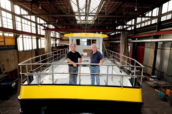 Robert (links) en Cees Bruijs op de pont straks in België gaat varen.