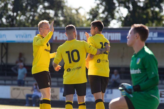Erik Rotman - rechts, tegen Nunspeet scorend uit een penalty - blijft langer dan verwacht bij DOS Kampen. Hij wordt gefeliciteerd door Jochem van Putten en Twan Knul.