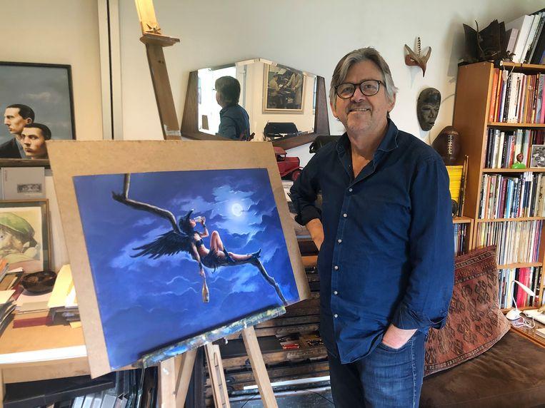 Kunstenaar Jan Bosschaert toont zijn ontwerp.