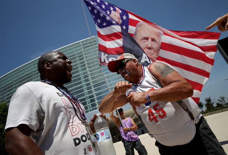 De emoties lopen hoog op bij het gebouw waar Trum zijn rally zal houden.