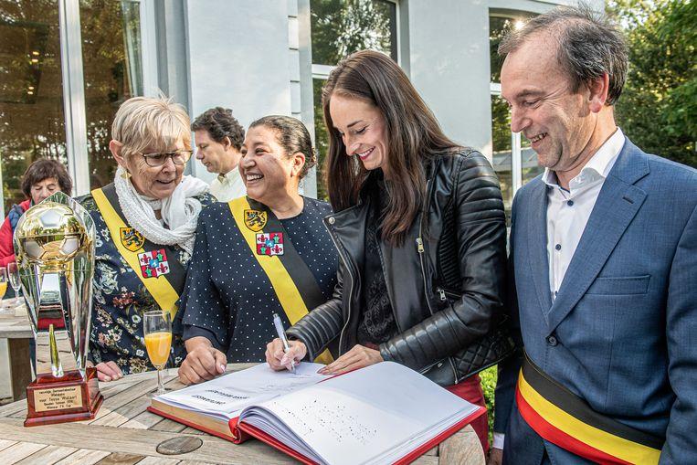 Tessa Wullaert is gisterenavond in het gemeentehuis in Wielsbeke, voor de derde keer al, gehuldigd voor haar sportieve prestaties. Hier staat ze tussen burgemeester Jan Stevens en schepenen Rachida Abid en Magda Deprez.