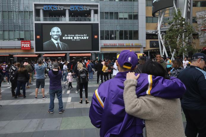Lakers-fans komen bij elkaar voor het Staples Center in Los Angeles.