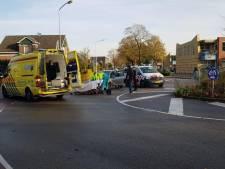 Auto rijdt fietsster aan op rotonde in Aalten